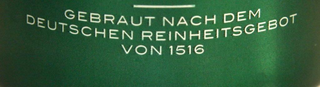 Das welovebier.de- Team zeigt ein Bild, auf dem der Schriftzug gebraut nach dem deutschen Reinheitsgebot von 1516 auf grünem Hintergrund zu sehen ist.