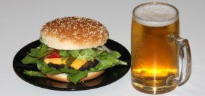 Das welovebier.de- Team zeigt ein Bild, auf dem ein Pils im Bierkrug neben einem Burger zu sehen ist.