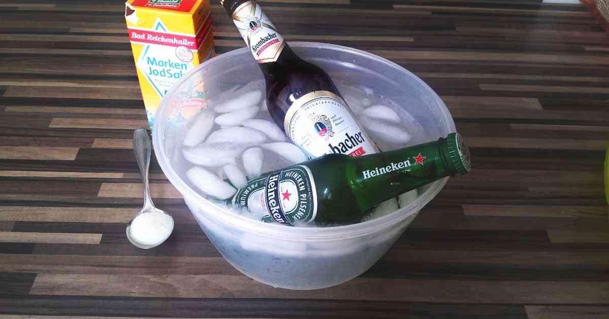 Wir zeigen verschiedene Tipps wie ihr Euer Bier schneller kühlen könnt. Unter anderem gibt es den Salz-Trick. Hier auf dem Bild liegen zwei Bierflaschen (Heineken und Krombacher) in einer Schüssel mit Eiswürfeln.