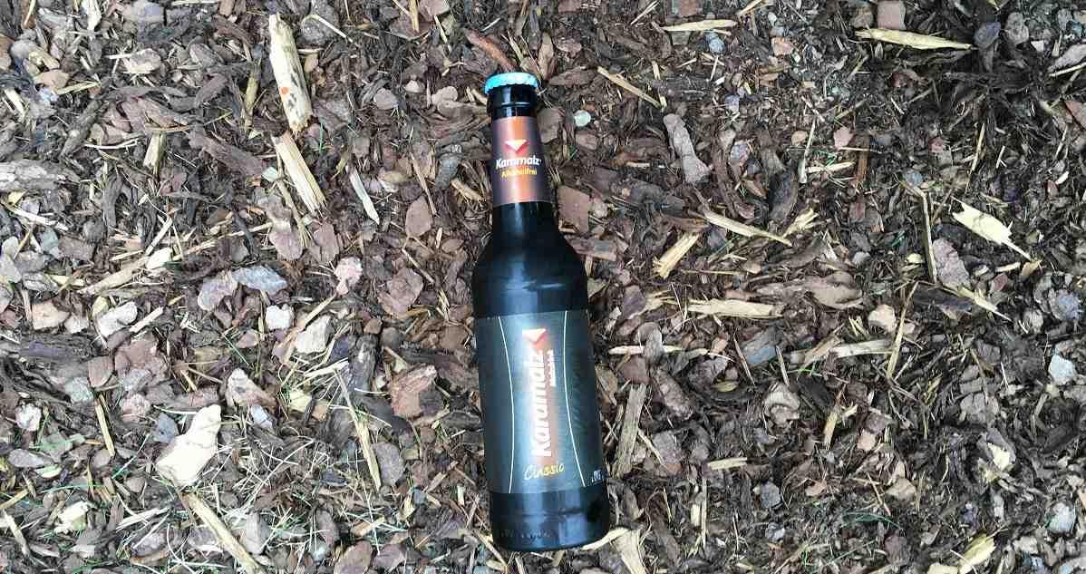 """Malzbier ist ein alkoholfreies Getränk, welches für Menschen, die körperlich sowie geistig sehr aktiv sind. Auf dem Bild ist eine Flasche Malzbier von der Marke """"Karamalz"""" zusehen. """""""