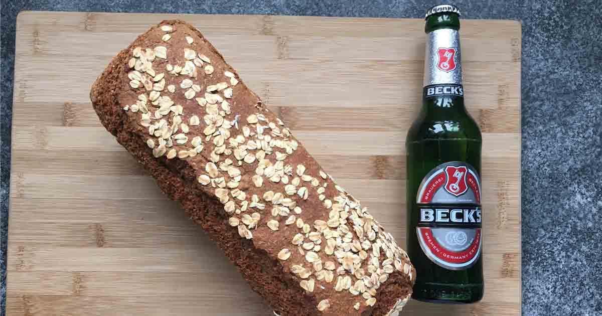 Das Bild zeigt ein dunkles Bierbrot mit einer Becksflasche.